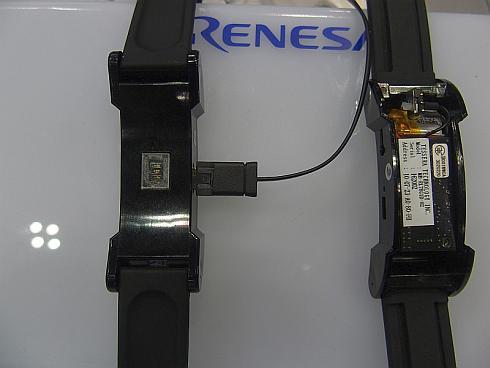 リストバンド型端末に組み込まれた光センサーと内部のボード