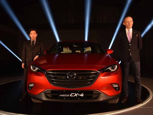 「北京モーターショー2016」で世界初公開した新型SUV「CX-4」とマツダ チーフデザイナーの小泉巖氏(左)、同社 開発主査の岡野直樹氏(右)