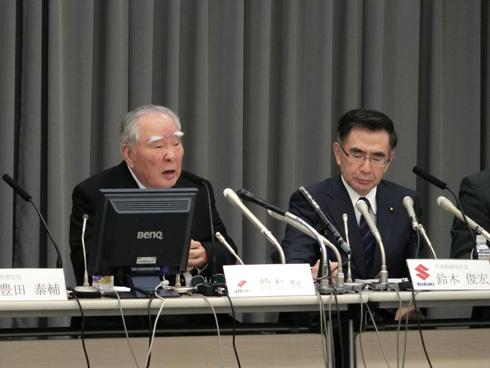 写真左からスズキ会長の鈴木修氏と同社社長の鈴木俊宏氏