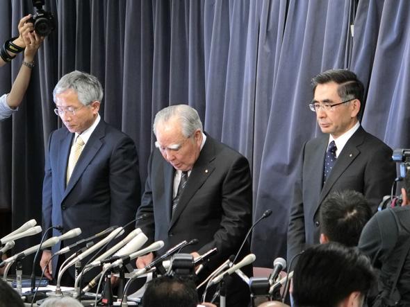 写真左からスズキの本田治氏、鈴木修氏、同社 社長の鈴木俊宏氏