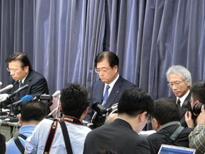 4度目の会見に臨んだ三菱自動車の経営陣。写真左から相川哲郎氏、会長兼CEOの益子修氏、中尾龍吾氏