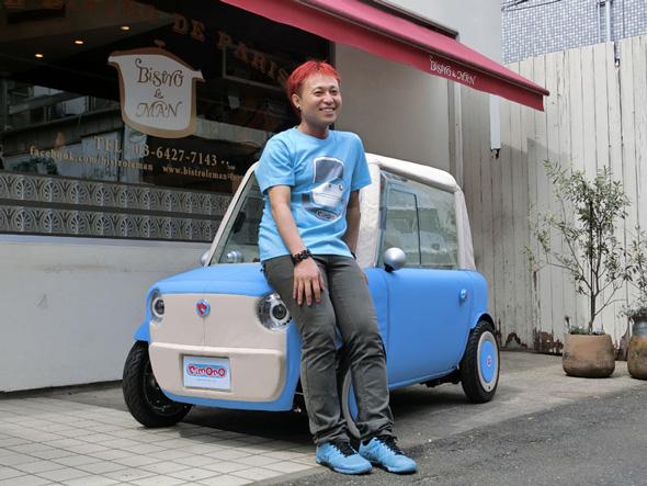 2人乗り超小型電気自動車「リモノ」とデザイナーの根津孝太氏