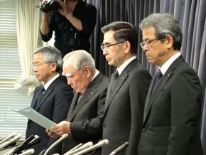 左奥からスズキの本田治氏、鈴木修氏、鈴木俊宏氏、常務役員 四輪技術本部長の笠井公人氏