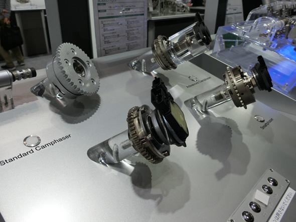 写真手前が電動可変バルブタイミング機構。写真奥の3つは従来の油圧制御タイプ