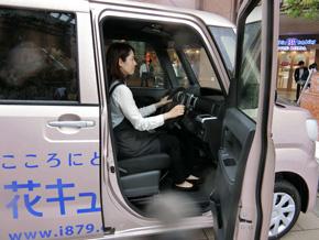 キャブオーバーの軽商用車と比較した乗りやすさが女性ドライバーに好評だ