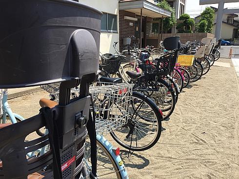 子どもの送り迎えで活躍する電動アシスト自転車