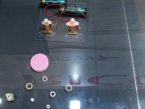 リコーが開発中の金属3Dプリンタ技術を用いた出力事例。ガラス