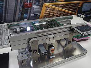 既存の実装ラインにカメラを組み込んでプリント基板の切断面を撮影する