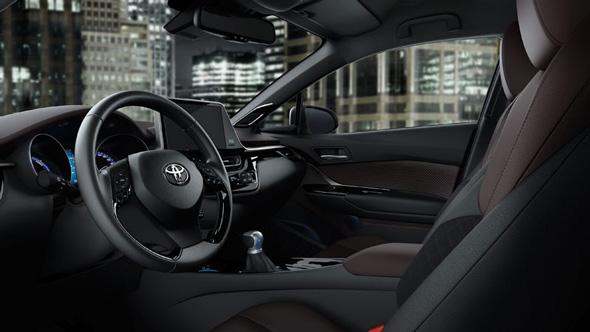 運転に集中しやすく車両との一体感を感じられる運転席とした