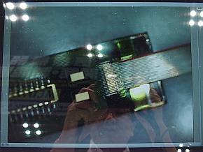 展示した「Micro Termination技術」の接続をルーペで拡大した映像