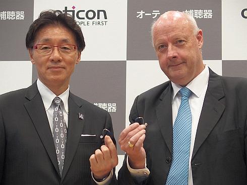 オーティコン補聴器の木下聡氏(左)と会見で祝辞を述べたデンマーク大使のフレディ・スヴェイネ氏(右)