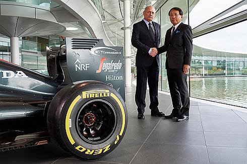 McLaren Technology Group会長兼CEOのロン・デニス氏(左)とNTT Com社長の庄司哲也氏(右)
