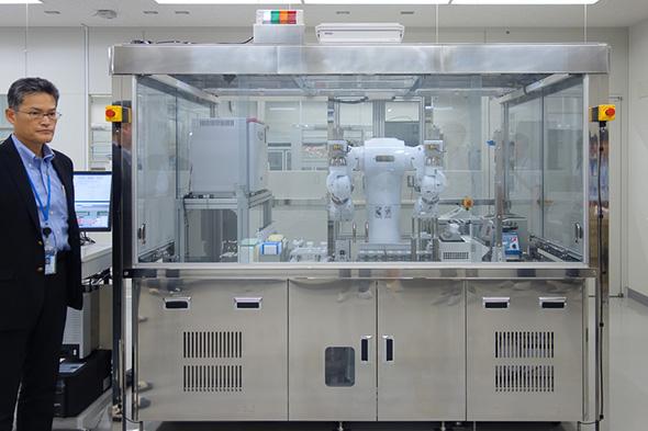 「ロボティック・バイオロジー・センター」に設置された双腕ロボット「まほろ」
