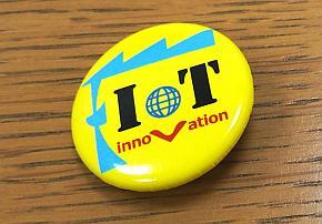 DP-Factory IoT革新室のメンバーが着けている「IoT」のバッジ