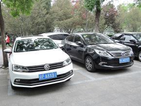 一汽大衆のセダン「速騰」と並んで駐車する、長安汽車「逸動」