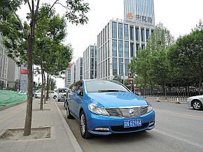 真新しいオフィス街にたたずむ「騰勢(デンザ)」のEV