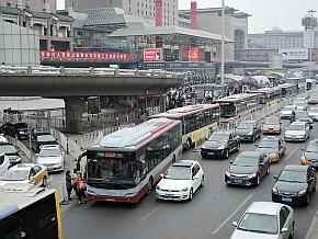 北京西站の駅前は大量の路線バスが列をなす