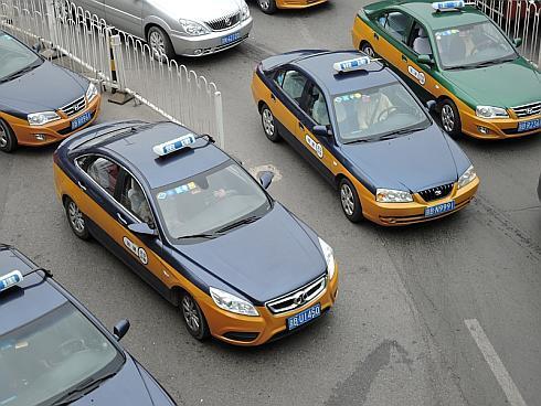 車体側面のオレンジの帯は北京のタクシーに共通