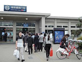 地下鉄駅前の自転車シェアリングステーション