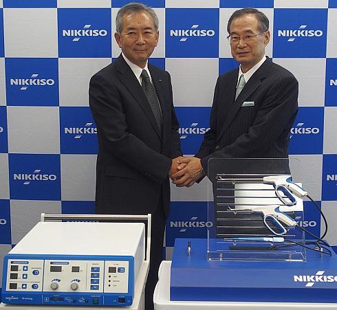 日機装の甲斐俊彦氏(左)と滋賀医科大学バイオメディカル・イノベーションセンターの谷徹氏(右)
