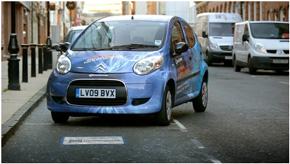 電気自動車やプラグインハイブリッド車向けのワイヤレス給電システム量産に弾みをつける。2011年にイギリスで実施したワイヤレス給電の実証実験の様子