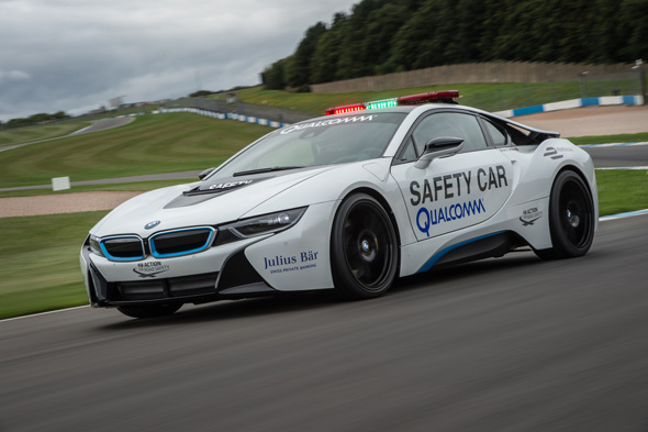 ワイヤレス給電システム搭載のセーフティーカー、BMW「i8」。クアルコムのワイヤレス給電は1時間でフル充電が可能