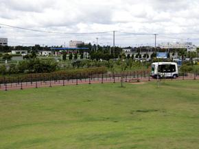 2016年8月1〜11日の間、イオンモール幕張新都心に隣接する公園を無人運転バスが走る