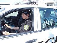 警官が逮捕者を連行している