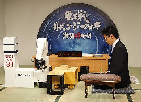 「将棋電王戦」の指し手ロボット「電王手くん」