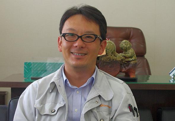「表面加工処理で、100年錆びさせない」と語る新免鉄工所社長の新免謙一氏