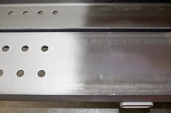 左の白くなっている部分がブラスト加工済み
