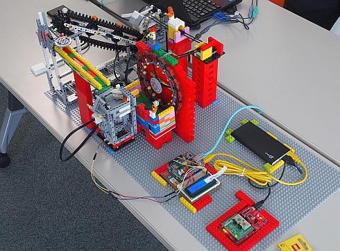 レゴブロックと「LEGO MINDSTORM」で製作した製造ラインのデモ