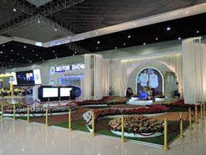 タイの大規模イベントでは、王室への敬意を表することを欠かさない。モーターショーではコンコースに祭壇を設けるのが通例となっている