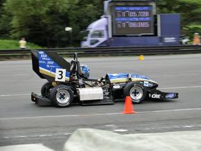 学生フォーミュラ最終日のエンデュランスの様子。速さを競うのはこの大会の本流ではありませんが、それでもエンデュランスはドライバーの腕前が結果を左右します