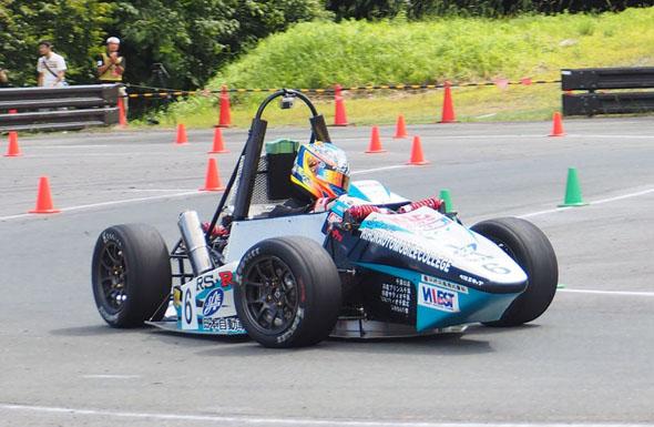 日本自動車大学校のFNN-07の安定したコーナリング