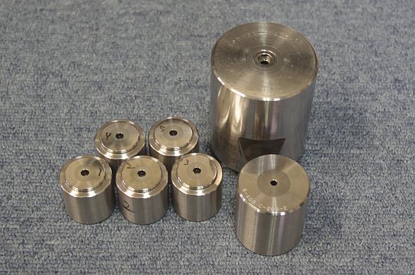 金剛ダイス工業が得意とする小径穴のねじ金型。約30の工程と厳しい検査を経て出荷される