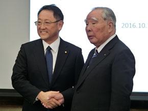 握手を交わすトヨタ自動車の豊田章男氏とスズキの鈴木修氏
