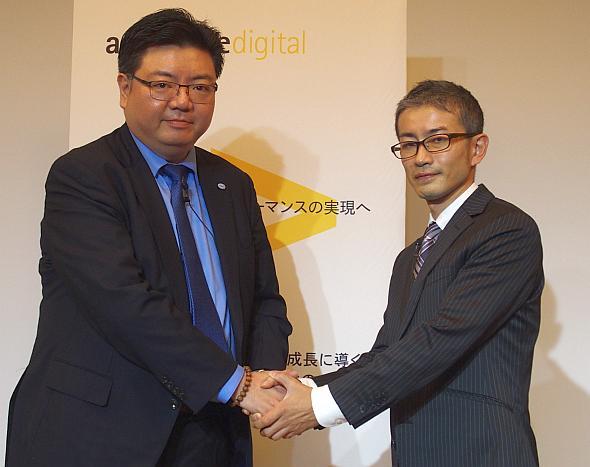 握手するインテルの張磊氏(左)とアクセンチュアの工藤氏(右)