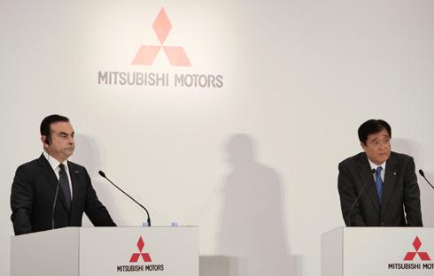 日産自動車のカルロス・ゴーン氏(左)と三菱自動車の益子修氏(右)