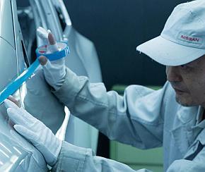 複雑な2トーンカラーの塗装作業は熟練の技術者が手作業で行う