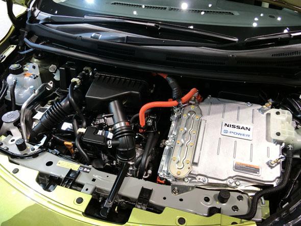 エンジンルーム内に駆動用モーターを収めるレイアウトは苦労したポイントの1つ