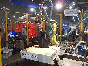 産業用ロボットアームを使ってFDM方式で樹脂を積層していく技術のデモ