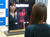 「スノービューティーミラー」で肌状態を測定する様子