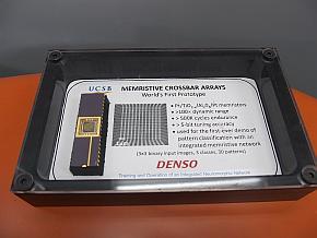 デンソーがカリフォルニア大学サンタバーバラ校と共同して試作したメモリスタのチップ
