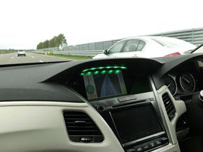 Robert Boschが開発中のレベル3の自動運転。隣の車線の車両が通過するのをセンサーで監視し、自動で車線変更する