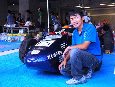 鮮やかなブルーのカウルが印象的なマシンとチームリーダーの菊池俊行さん