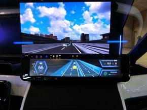 運転中の画面。ヘッドアップディスプレイの奥側にあるディスプレイは、走行中の車両前方をイメージした映像を表示するためのものでコックピットとは無関係