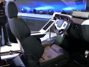 周辺監視や運転操作を全てシステムに任せる間の過ごし方や、自動運転から手動運転に安全に切り替える工夫をコックピットで紹介