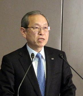 フラッシュメモリ事業の分社化を発表する東芝の綱川智氏
