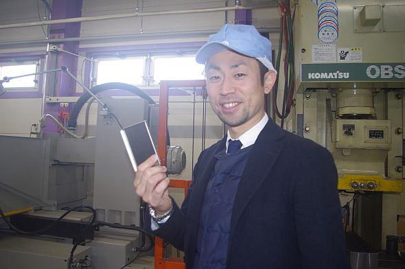 新作のオリジナル缶を企画中。試作品の出来栄えに満足そうな清水雄一郎氏